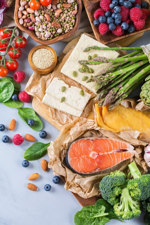Ассортимент выбора здоровой сбалансированной еды для сердца, диеты стоковые фотографии rf