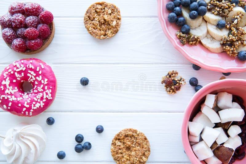 Ассортимент здоровых и нездоровых сладких закусок, космоса для текста стоковая фотография