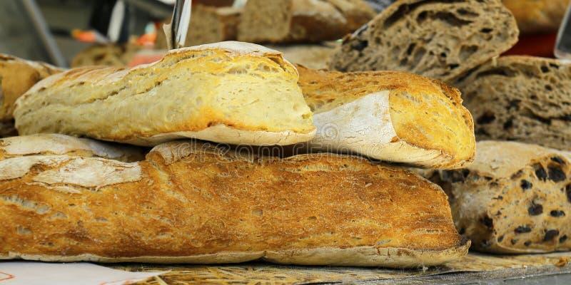 Ассортимент измельчённого хлеба, продаваемого в пекарне стоковое фото