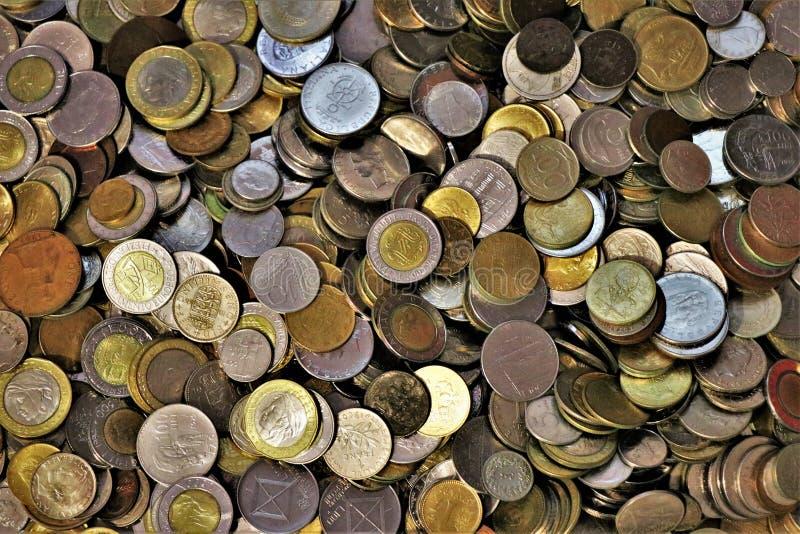 Ассортимент монеток мира стоковое изображение