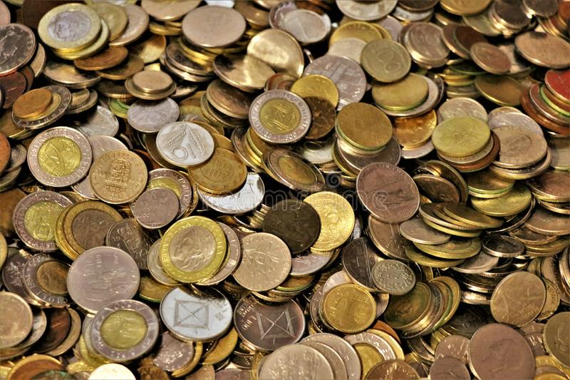 Ассортимент монеток мира стоковая фотография rf