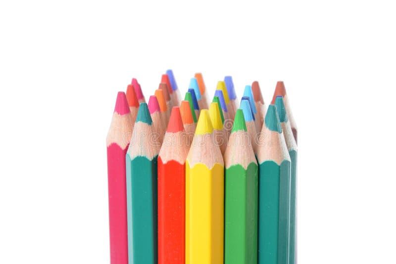 Ассортимент покрашенных карандашей над белизной стоковые изображения
