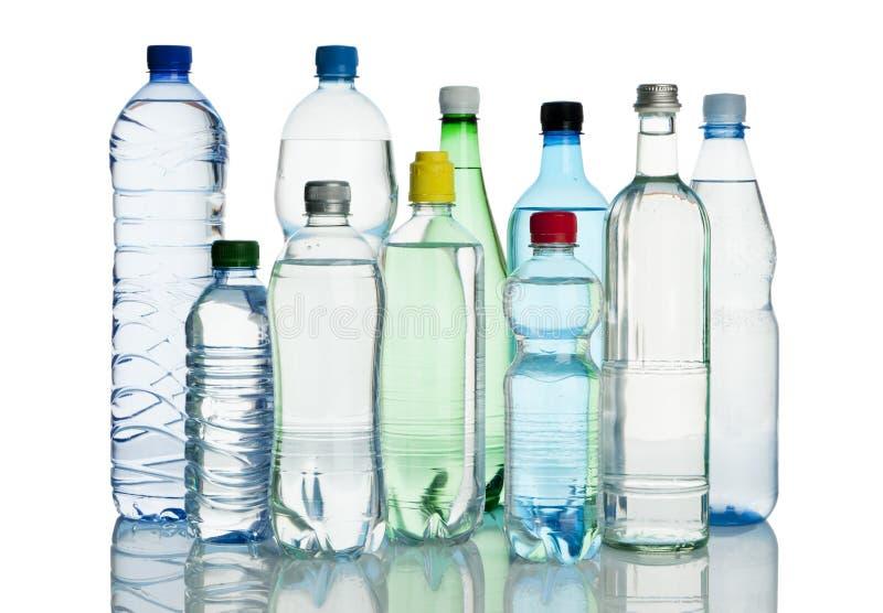ассортимент разливает минеральную вода по бутылкам стоковые фото