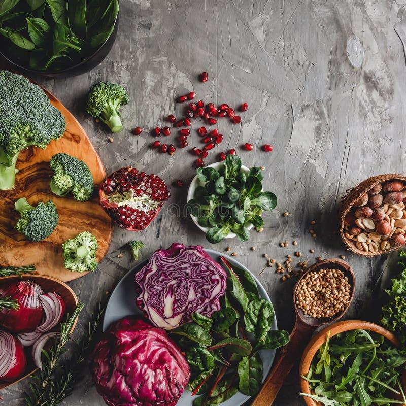 Ассортимент свежей органической еды овощей фермера для варить диету и питание vegan вегетарианские стоковые фотографии rf