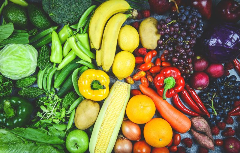 Ассортимент свежих спелых фруктов красный желтый пурпур и зеленые овощи смешанный выбор различные , вид сверху - овощи и фрукты стоковая фотография rf