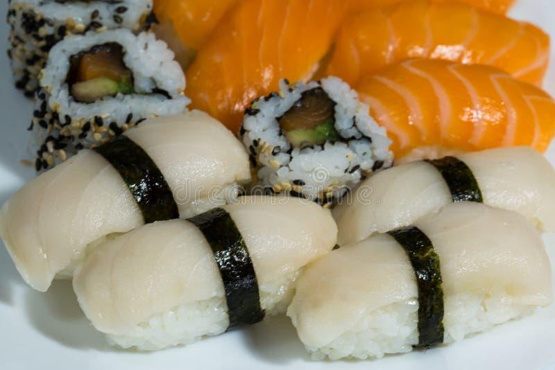 Ассортимент свежих суш, суш с семгами, butterfish, свертывает стоковое фото rf