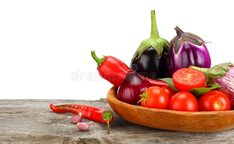Ассортимент свежих сырцовых овощей на старом деревянном столе с белой предпосылкой Томат, баклажан, лук, перец chili стоковое изображение