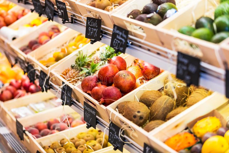 Ассортимент свежих фруктов в гастрономе стоковое фото rf