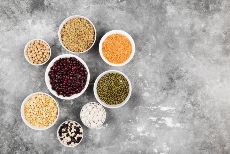 Ассортимент чечевицы фасолей красной, зеленой чечевицы, нута, горохов, r стоковое изображение
