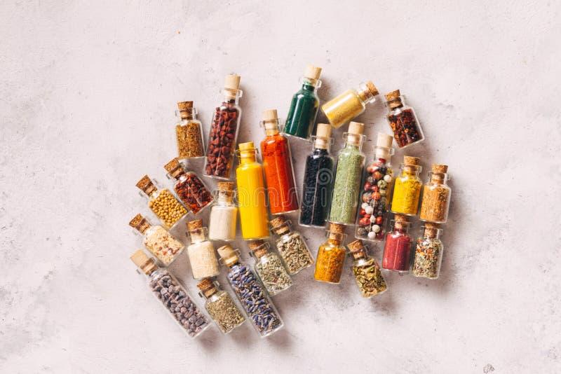 Ассортированные грунтовые специи в бутылках сверху стоковые изображения
