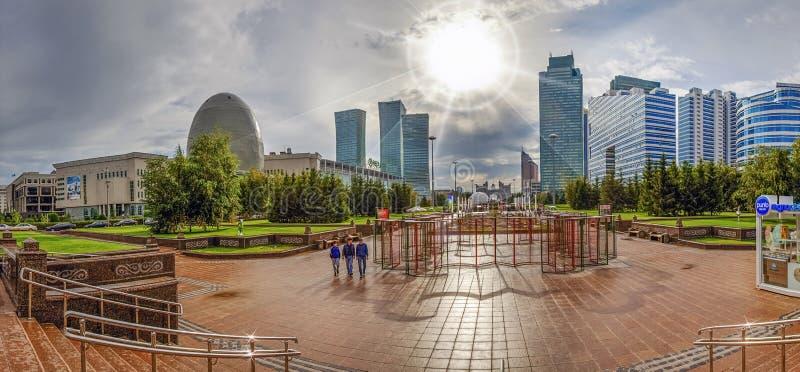 АСТАНА, КАЗАХСТАН - 1-ОЕ ИЮЛЯ 2016: Панорама вод-зеленого бульвара в солнечном свете стоковая фотография rf