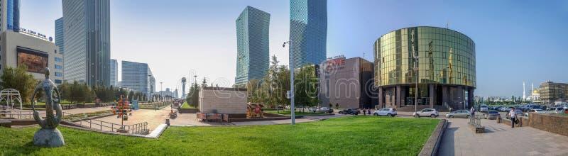 АСТАНА, КАЗАХСТАН - 7-ОЕ ИЮЛЯ 2016: Панорамный взгляд вод-зеленого бульвара стоковое фото