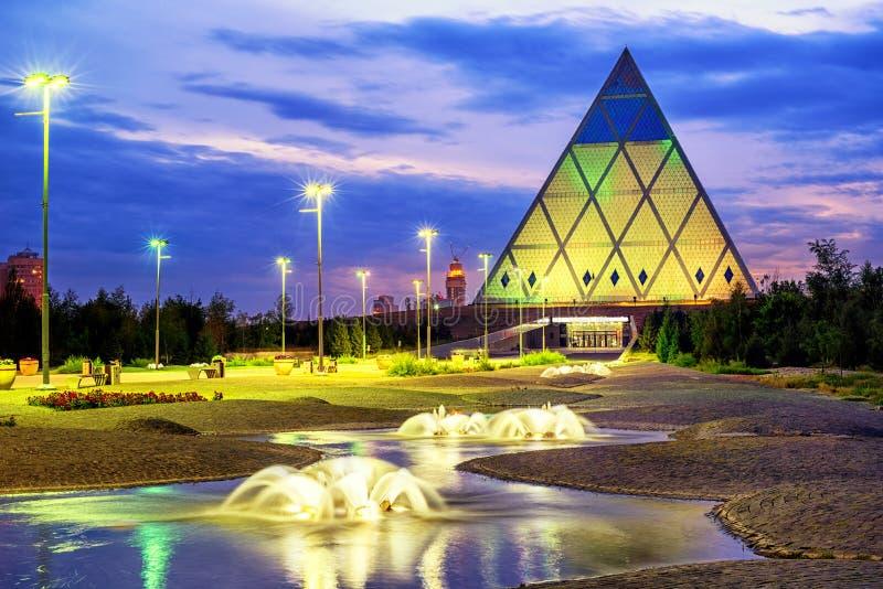 Астана, Казахстан, пирамида мира и согласия на заходе солнца стоковые фотографии rf