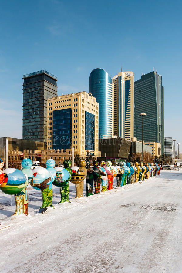 Астана, Казахстан - февраль 2017 - Экспо-люди, символизирующ стран-участников EXPO-2017, и деловый центр стоковые фотографии rf