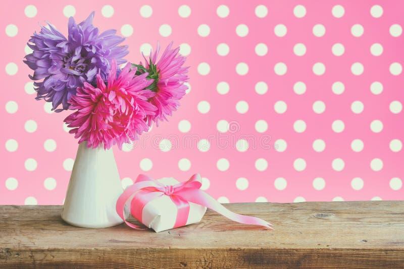 Астра букета цветет, подарочная коробка с silk лентой стоковые фотографии rf
