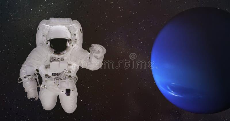 Астронавт в космическом пространстве около Нептуна стоковая фотография