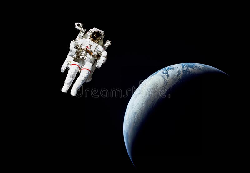 Астронавт в космическом пространстве против земли планеты стоковые фотографии rf