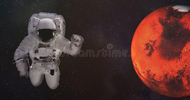 Астронавт в космическом пространстве с Марсом Элементы этого изображения были поставлены NASA стоковая фотография