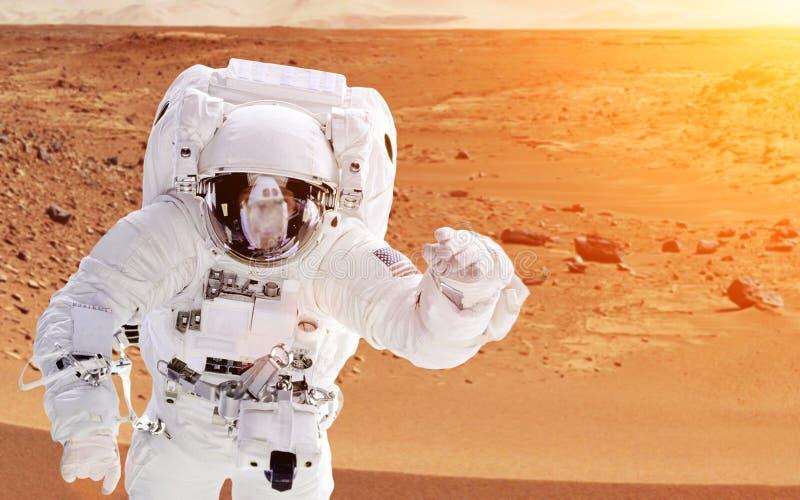 Астронавт на Марсе - элементах этого изображения поставленных NASA стоковые изображения rf