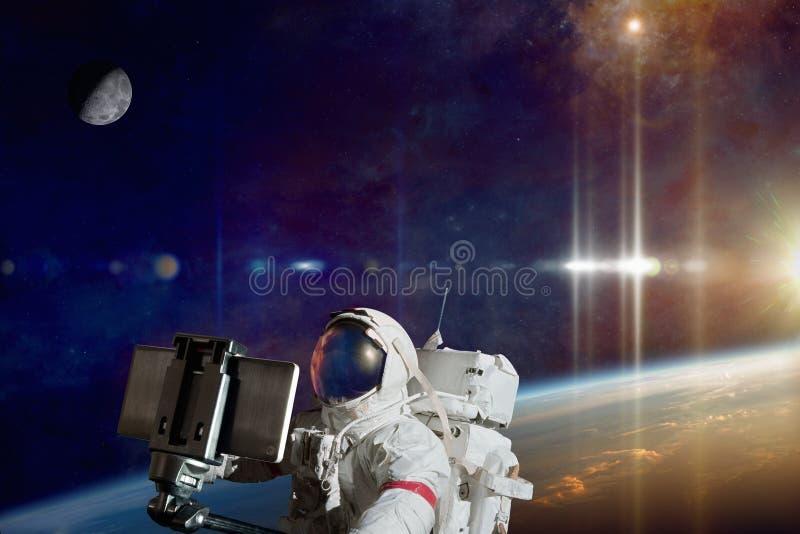 Астронавт принимая фото selfie в космосе на орбите земли планеты стоковое изображение