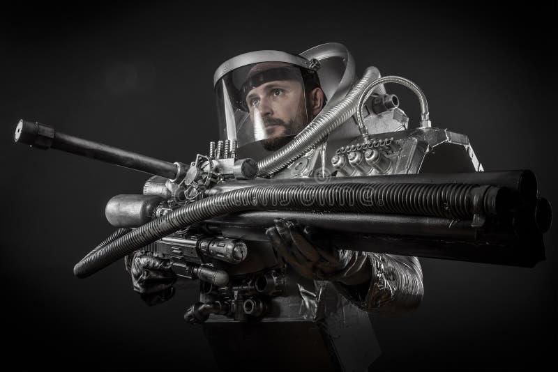 Астронавт, ратник фантазии с огромным космическим оружием стоковое фото