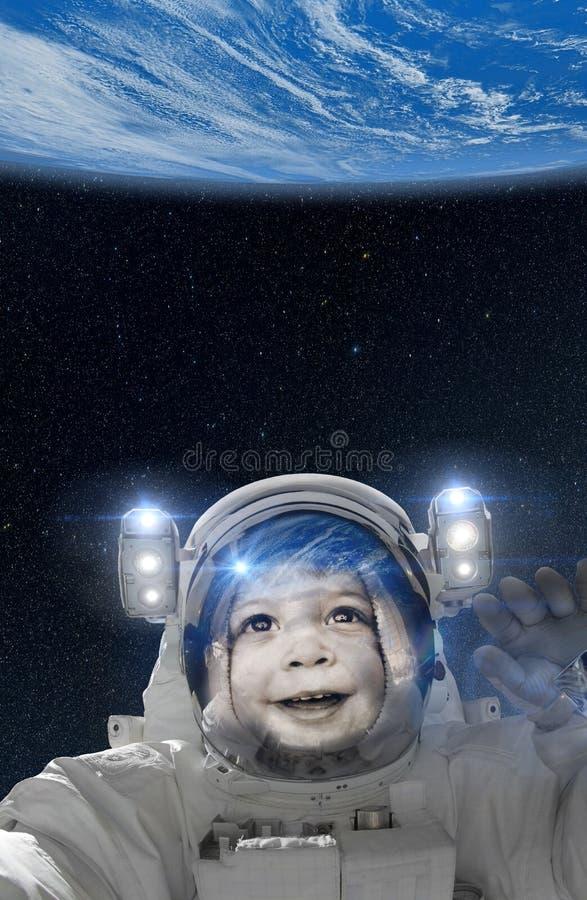 Астронавт ребенка развевая на земле от космоса стоковое фото rf