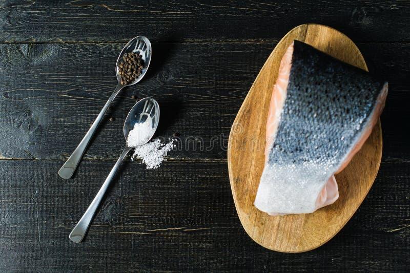 Атлантика сырцовые семги, стейк на черной деревянной предпосылке стоковое фото rf