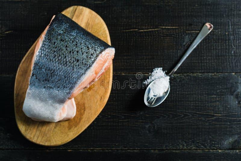 Атлантика сырцовые семги, стейк на черной деревянной предпосылке стоковое изображение