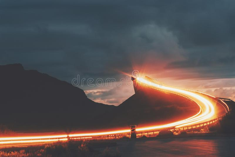 Атлантическая дорога в мосте Storseisundet ночи Норвегии стоковые изображения