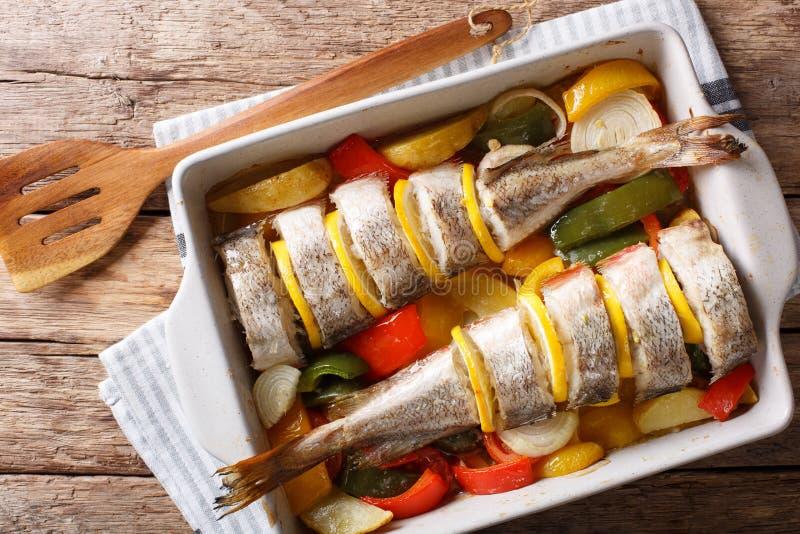 Атлантическая треска испеченная с овощами в конце блюда выпечки вверх Ho стоковое фото