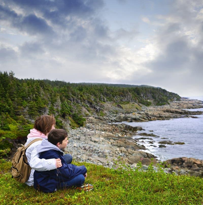 атлантические дети плавают вдоль побережья усаживание newfoundland стоковые изображения rf