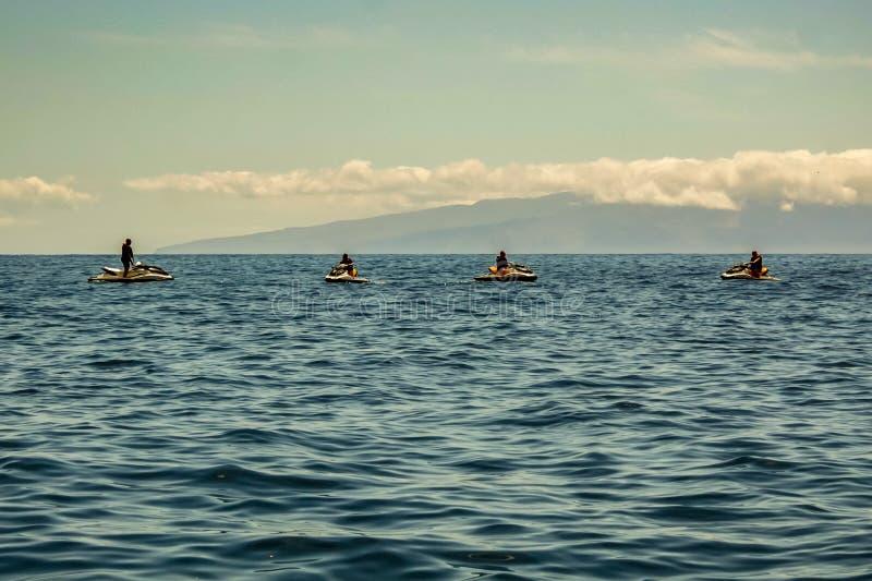 Атлантический океан с западного побережья Тенерифе 4 силуэта на скутерах отбрасывают на тихой волне Остров Gomera Ла на стоковая фотография rf