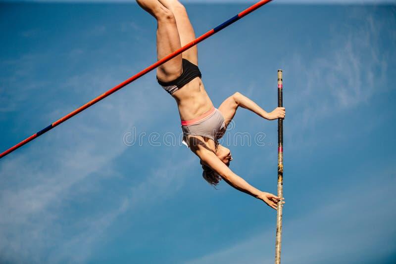 Атлетика прыжка с шестом женщин стоковые изображения rf