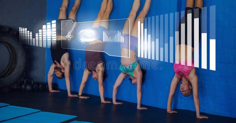 Атлетическая группа людей пригонки работая в спортзале с интерфейсом здоровья стоковые фото