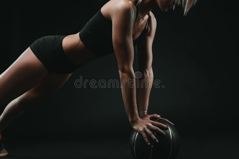 Атлетическая сильная женщина делая спорт стоковая фотография