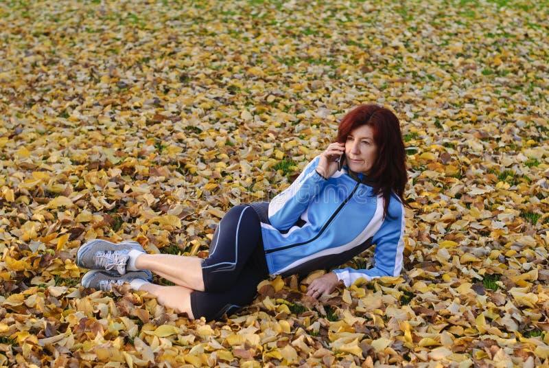 Download атлетические одежды знонят по телефону гонке используя женщину Стоковое Фото - изображение насчитывающей вниз, модель: 18390468