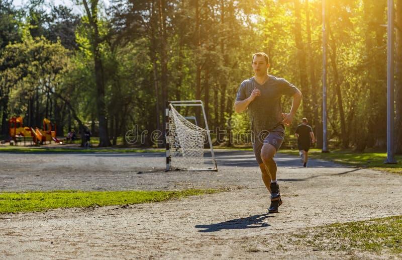 Атлетический кавказский спортсмен имея бег выравниваться или утра стоковое фото