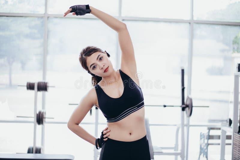 Атлетический нагревать азиата женщины и молодое усаживание спортсменки стоковое фото rf