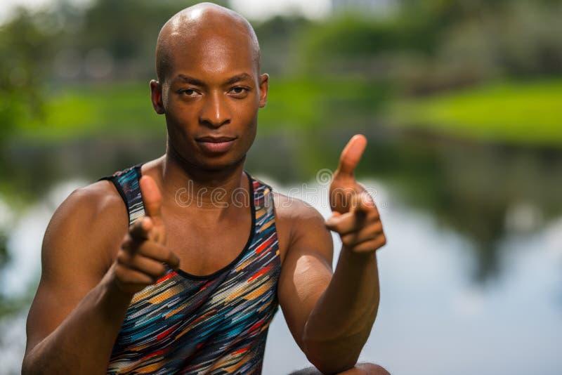 Атлетический человек указывая пальцы на камеру стоковая фотография rf