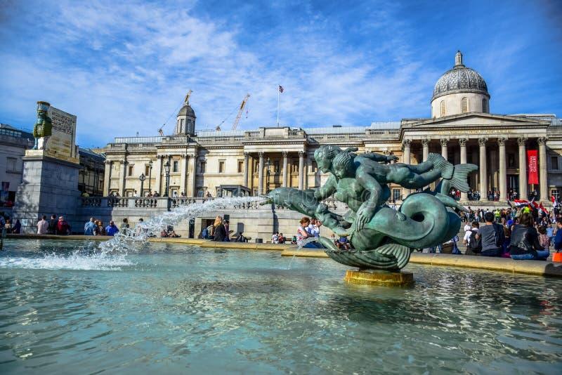 Атмосфера на фонтане в квадрате Trafalgar перед музеем национальной галереи в Лондоне, Англии, Великобритании стоковые изображения rf