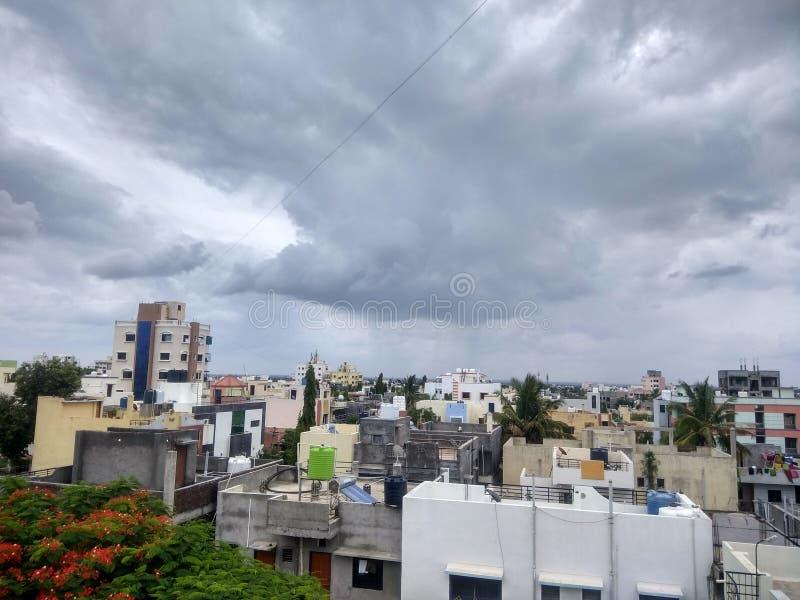 Атмосфера облачного неба индийская в месяце от июля стоковая фотография rf