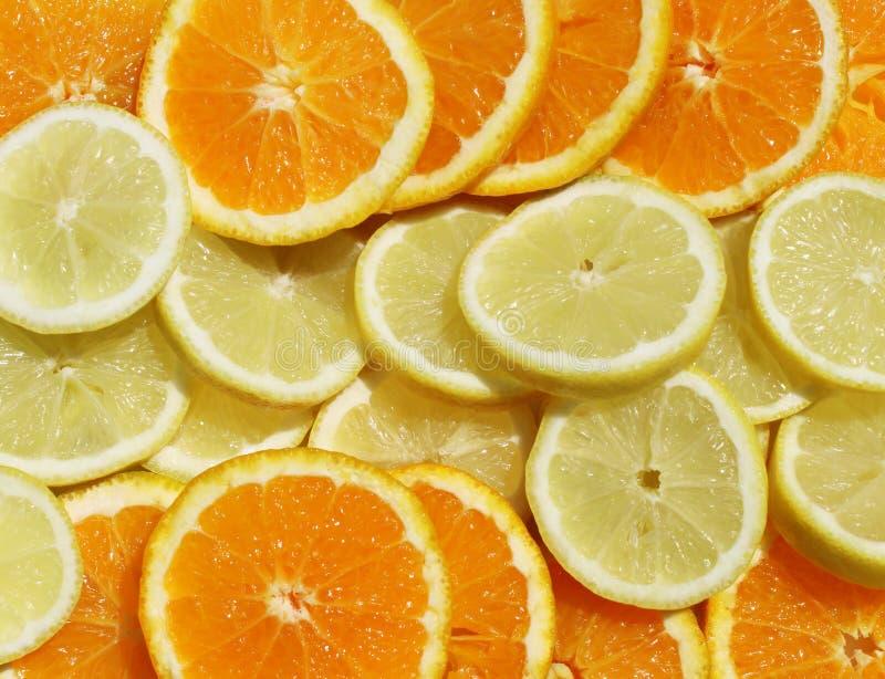 Атмосфера праздника с солнечными кусками апельсинов и лимонов стоковое фото