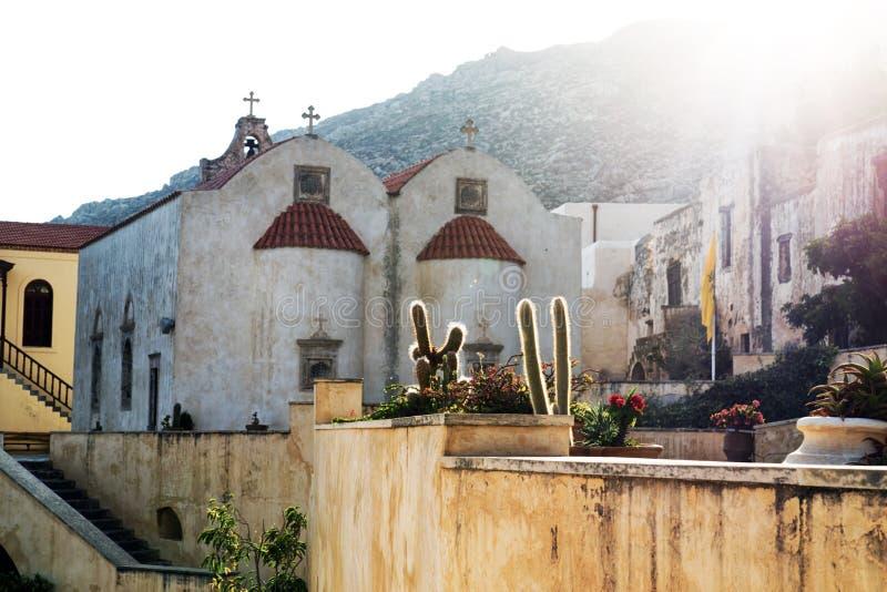 Атмосферический заход солнца на монастыре Preveli, Крита, Греции стоковая фотография rf