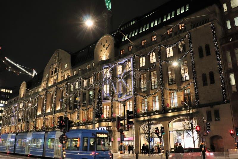 Атмосферическим фасад украшенный рождеством на Nordiska Kompaniet стоковые изображения