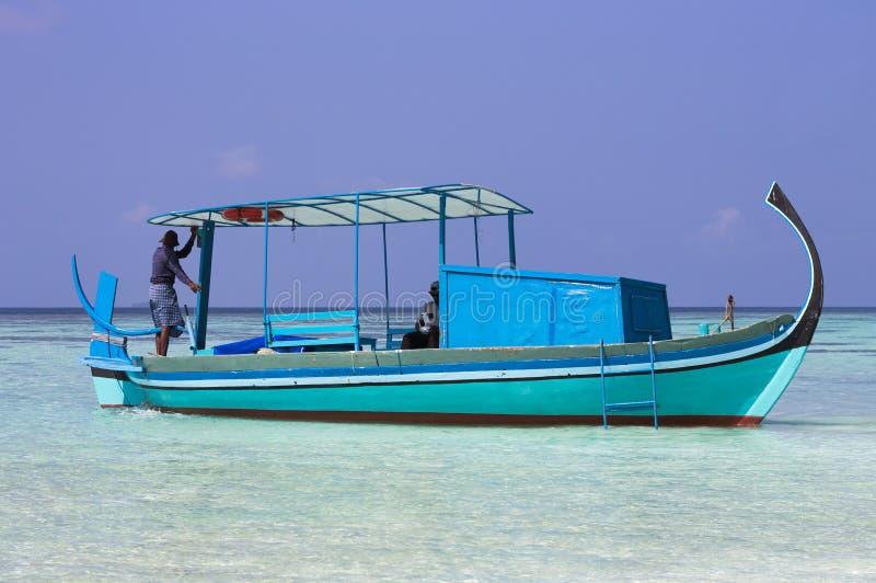 Атолл Ari, Мальдивы: Мальдивский матрос удит на его шлюпке стоковые изображения rf