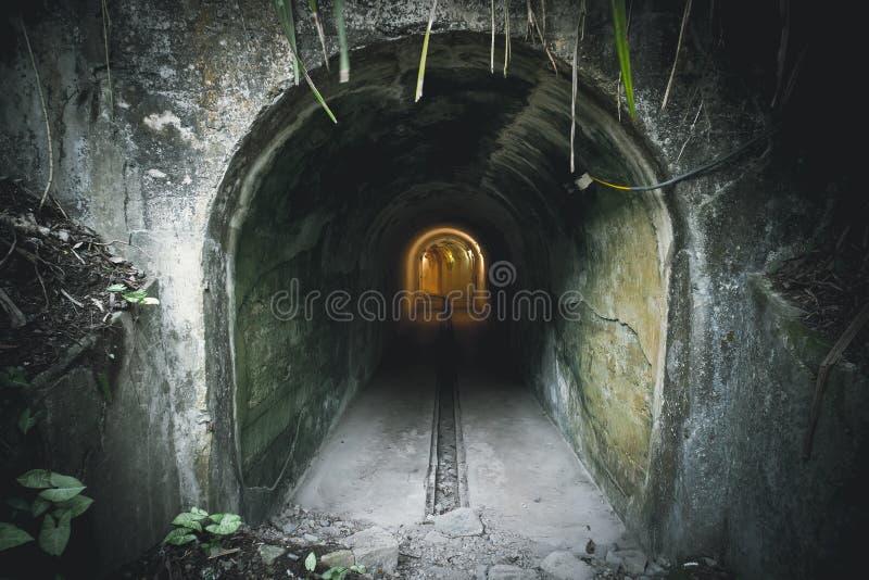 Атомная бомба тоннеля также как подковообразные тоннели для причины это место было построено для того чтобы походить уникальное п стоковые фотографии rf