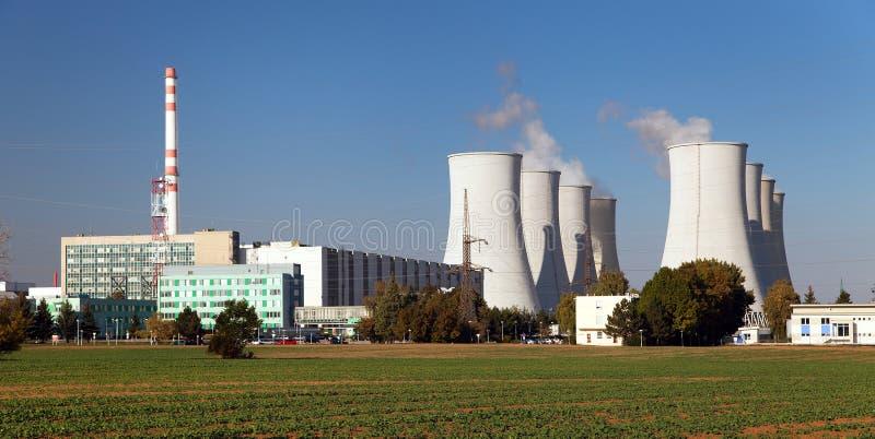 Атомная электростанция, стояки водяного охлаждения - Словакия стоковая фотография rf
