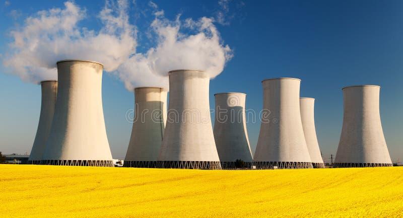 Атомная электростанция с полем рапса стоковое фото