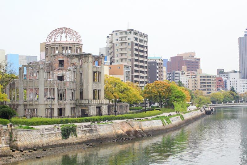 Атомный купол и взгляд реки на мире Хиросимы мемориальном паркуют стоковая фотография