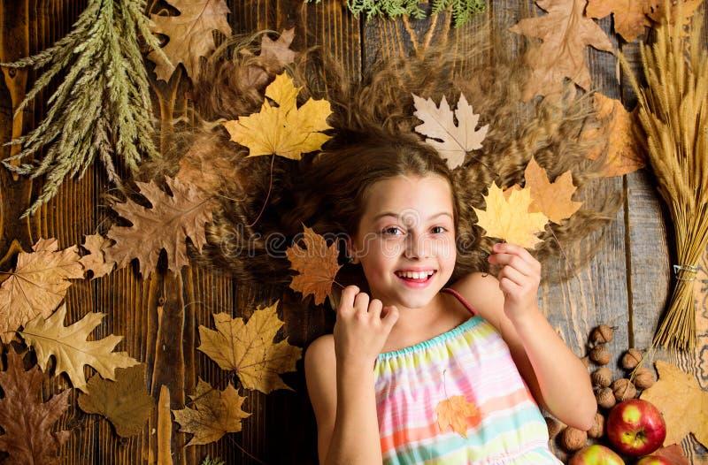 Атрибуты отдыха сезона падения игры Игра волос ребенка длинная с сухими листьями Уют осени как раз вокруг Ребенок шаловливый стоковые изображения rf